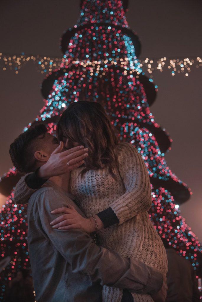 Sortir de la maison à Noël en amoureux